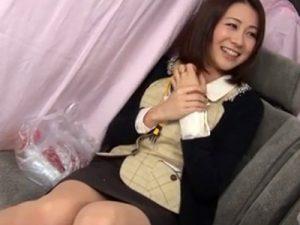 【ナンパ熟女動画】三十路素人の美人妻OLをアンケートと騙して捕獲…謝礼で身体を悪戯してビジネスホテルで中出しSEX!