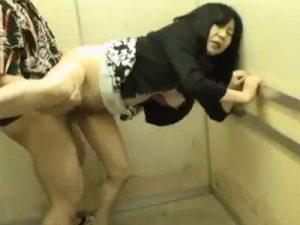 【レイプ熟女動画】エレベーターの密室で50代の豊満なDカップ巨乳おばさんを無理矢理犯して中出し!