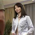 【長谷川美紅熟女動画】三十路の欲求不満な美人義母がオナニーを覗いてた甥っ子を誘惑し近親相姦セックス!