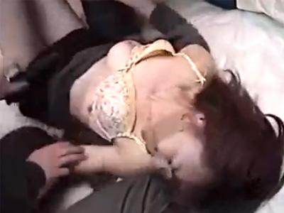 【レイプ熟女動画】覆面男たちが突然自宅に侵入してきて必死に抵抗するが中出し強姦される四十路美人妻!