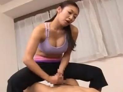 【小早川怜子熟女動画】30代美熟女の巨乳ヨガインストラクターが生徒のチンポをフェラチオし精子を搾り取る!