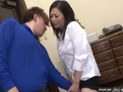 【無修正熟女動画】40路のEカップ淫乱美人奥様が配達員を誘惑…自宅にあげて濃厚セックスして他人棒でヨガル!