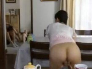 【音無かおり熟女動画】三十路のDカップ巨乳美人母親が息子達の筋トレ姿にムラムラし台所でおまんこを弄りオナニー!