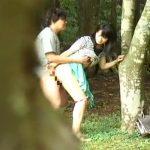 【盗撮若妻熟女動画】ひと気のない林の中で欲情した若い素人夫婦がセックスしてる所をバレない様に隠し撮り!