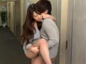 【波多野結衣若妻熟女動画】隣家のEカップ美人奥様に声かけて廊下で中出しセックスしたったww