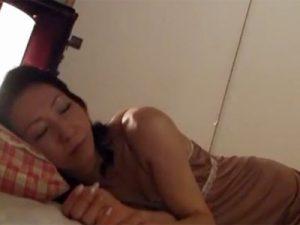 【近親相姦熟女動画】寝ている40代の美乳美人母親の寝室に変態息子がこっそり侵入し夜這いセックス!