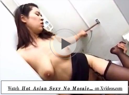 【無修正熟女動画】三十路のパンスト履いたEカップ美熟女女教師がトイレで男子生徒を誘惑してセックスでヨガる!