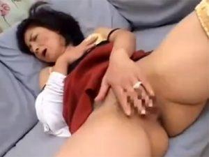 【オナニー熟女動画】五十路美熟女母親が息子に覗かれてるとも知らずにローターでおまんこを激しく刺激!