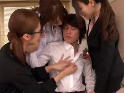 【三十路熟女動画】3人のセクシーな網タイツ美熟女女教師が保健室で童貞の男子生徒を誘惑して筆おろし!