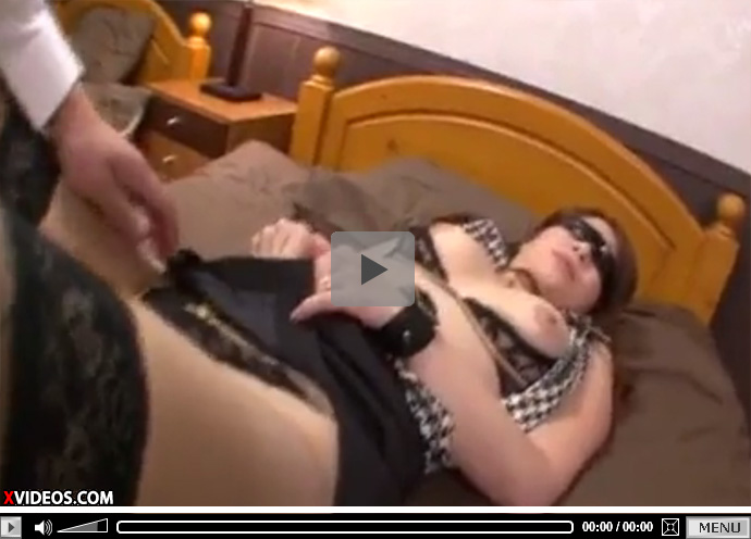 【無修正熟女動画】網タイツ履いた長身の三十路の巨乳美熟女が目隠しされ大人のおもちゃでおまんこを弄られ生ハメSEX!