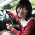 【無修正熟女動画】40代素人の美人奥さんがドライブ中に車内でフェラチオしてラブホで中出しSEX!