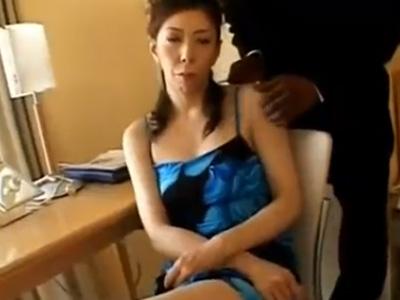 【四十路熟女動画】44歳のスレンダー美人奥さんが20年ぶりに旦那以外の男とセックス…黒人のデカチンに悶絶!