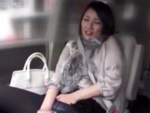 【オナニー熟女動画】30代素人の美人奥様にドライブ中に助手席でおまんこを弄らせ自慰行為させる!