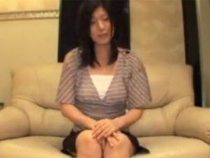【無修正熟女動画】結婚2年目の欲求不満の三十路美人奥様がAV出演…旦那以外のチンポで中出しSEX!