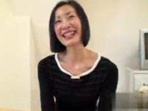 【無修正熟女動画】40代素人の美人奥様が生活費を稼ぐ為にAV出演…面接を受けて即採用でハメ撮りSEX!