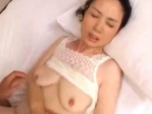 【近親相姦熟女動画】五十路の色白巨乳お母さんが甘えてくる息子と濃厚セックス!