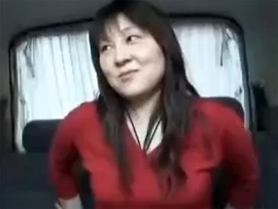 【ナンパ熟女動画】四十路素人の垂れ乳美熟女を捕獲…車内に連れ込んで中出しカーセックス!