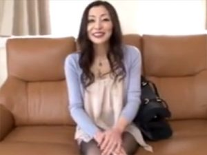 【四十路熟女動画】48歳素人の美人奥様が夫とはセックスレスでAV面接…若い男のチンポに喜び中出しSEX!