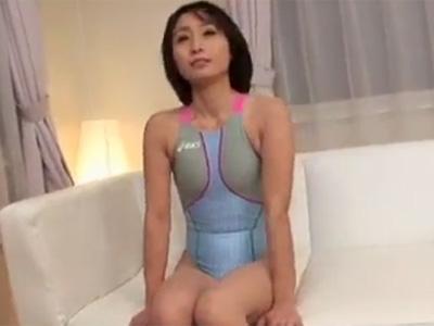 【無修正熟女動画】四十路美熟女のデリヘル嬢を呼んでオプションの競泳水着に着替えさせて着衣セックス!