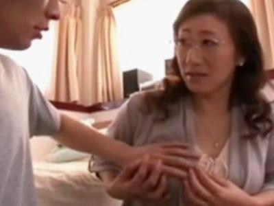 【五十路熟女動画】美熟女の美人家庭教師が教え子の童貞君を誘惑して筆おろしセックス!