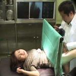 【盗撮熟女動画】産婦人科に訪れた30代素人の美人妻が悪徳医師に分娩台で治療と騙して中出しセックス!