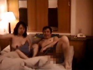 【盗撮熟女動画】五十路の仲睦まじい熟年夫婦がラブホテルで濃厚セックスしてる様子を隠し撮り!