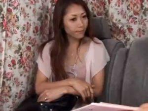 【ナンパ熟女動画】40代素人の美魔女をアンケートと騙し捕獲…ロケ車に連れ込んで悪戯してラブホで無許可中出し!