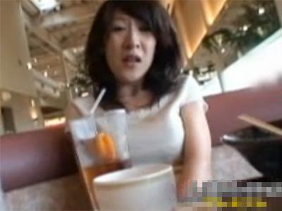 【オナニー盗撮熟女動画】三十路素人の美人妻にお店の中で周りの客にバレないように自慰行為させて隠し撮り!