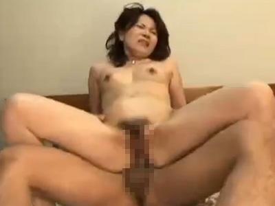 【無修正熟女動画】エッチ大好きで淫乱過ぎる五十路美熟女が若い男のチンポをしゃぶり中出しセックス!