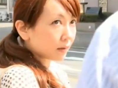 【不倫熟女動画】欲求不満の40代の美人奥さんが車の中で浮気相手のチンポをしゃぶってラブホで淫らなSEX!
