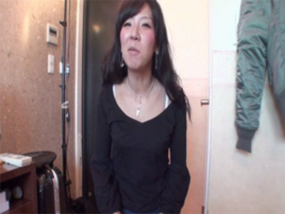 【無修正熟女動画】四十路素人の美人奥さんがAV出演…生ハメセックスで激しくヨガリまくる!