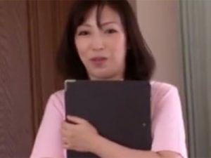 【五十路熟女動画】スリムな美人ナースおばさんが患者の元気なチンポに欲情して我慢出来す濃厚セックス!