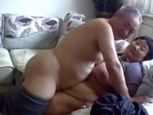 【無修正高齢熟女動画】70歳過ぎてる変態な老夫婦がセックスしてる様子をネットで生配信している!