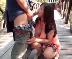 【おばさん動画】五十路素人の美人おばさんが山奥の吊り橋で野外プレイを強要されてペニスをおしゃぶり!