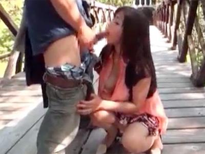 【フェラチオ熟女動画】五十路素人の美熟女が山奥の吊り橋で野外プレイを強要されてチンポをおしゃぶり!
