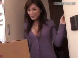 【不倫熟女動画】四十路の巨乳美人妻が配達便の筋肉質の男を自宅に上げ誘惑して浮気セックス!
