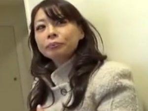 【四十路熟女動画】セックスレスの美人奥様が出会い系で知り合った男とラブホに入り久々の中出しSEX!