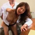 【艶堂しほり熟女動画】四十路美熟女のCカップ美乳保険レディーが枕営業で男と濃厚セックスを繰り返す!
