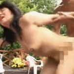 【高齢熟女動画】還暦過ぎた六十路のスレンダー美熟女が別荘のテラスで激しい青姦セックス!