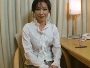 【無修正熟女動画】50代素人のスリム美人奥様が夫に嘘をついてAV出演…他人棒でハメ撮りSEXで大量顔射!