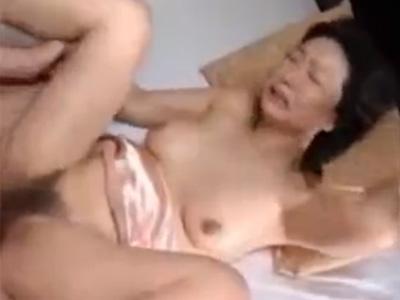 【近親相姦熟女動画】五十路美熟女のEカップ巨乳お母さんが童貞息子に女を教える筆おろし濃厚セックス!