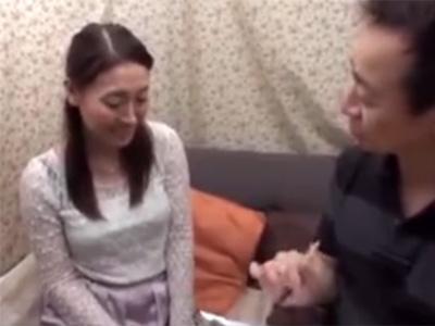 【ナンパ熟女動画】色気ある39歳の素人美人妻を捕獲…車内に連れ込み身体を悪戯してその場で顔射セックス!