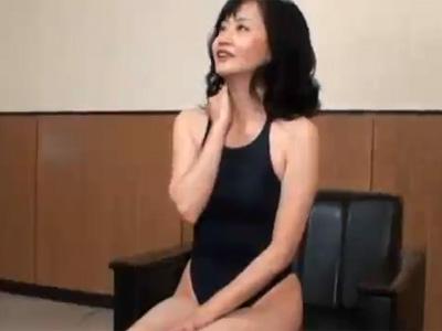 【フェラチオ熟女動画】50代素人の美熟女がモデル撮影と騙され競泳水着で強制おしゃぶりし口内射精!
