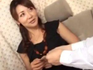 【ナンパ熟女動画】街中で40代素人の美脚スリム美人妻を捕まえラブホまで連れ込み中出しSEX!