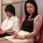 【近親相姦熟女動画】四十路美熟女の母親が童貞息子とAV鑑賞…発情して筆下ろしファック!