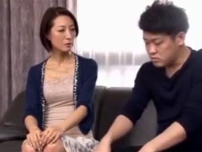 【近親相姦熟女動画】子持ちの男性と再婚した五十路美熟女が童貞息子と筆下ろしファック!