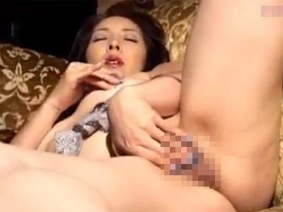 【オナニー無修正熟女動画】40代の妖艶な美熟女マダムが指とローターでおまんこを弄って淫乱な自慰行為!