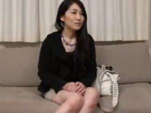 【ナンパ熟女動画】40代には見えない綺麗なセレブ妻を捕獲…言葉巧みに騙してAV撮影に参加させて中出しSEX!