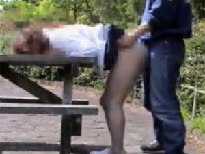 【五十路熟女動画】露出狂な素人ぽっちゃり美熟女が森林の公園でセフレの男と野外セックス!