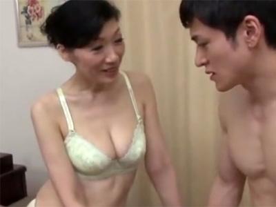 【近親相姦熟女動画】50代のスリム巨乳美人お母さんがおっぱいで息子を誘惑…禁断セックスでヨガる!